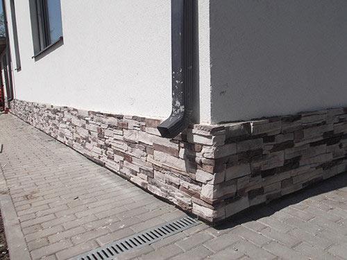 Декоративная отделка фундамента помогает защитить цоколь дома от негативного воздействия погодных условий.