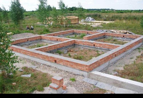 Правильный выбор фундамента под одноэтажный кирпичный дом станет залогом долговечности и прочности всей конструкции.