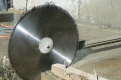 Демонтаж ленточного фундамента с помощи специального оборудования