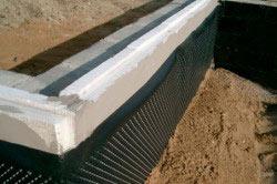 Правильно утепленный фундамент – это защита гидроизоляции дома, а также снижение расходов на отопление в зимний период.Правильно утепленный фундамент – это защита гидроизоляции дома, а также снижение расходов на отопление в зимний период.
