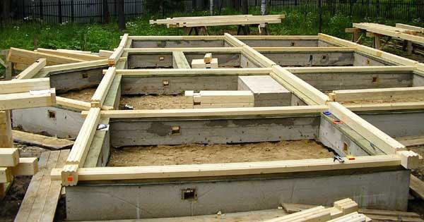 Фундамент является основой всего дома в целом. Без него не получится крепкого и надежного здания. Поэтому очень большое внимание следует уделять для его строительства.