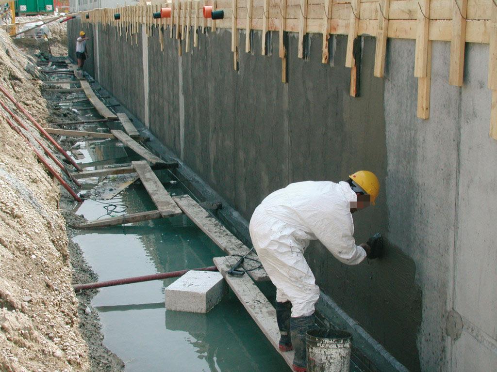 Гидроизоляция фундамента и других элементов постройки.