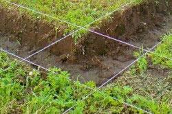 При возведении фундамента обязательно уберите растительный слой грунта.