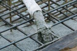 Для заливки фундамента можно воспользоваться автомиксером со шлангом.