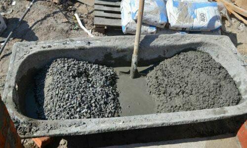 Замешивание бетона.
