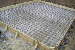 после заливки фундамента необходимо подождать, чтобы бетонная смесь высохла.