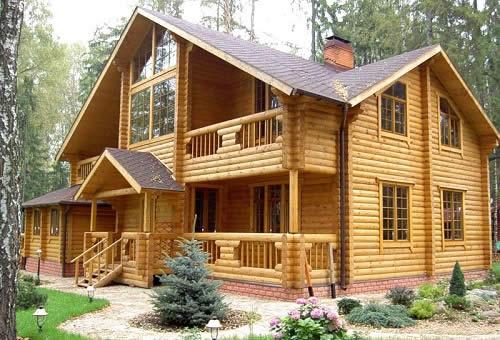Деревянные дома ценятся очень высоко. Они экологичны, просты в обслуживании и красивы. Однако для придания надежности необходимо правильно построить фундамент.