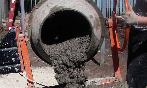 Приготовление бетона в бетономешалке