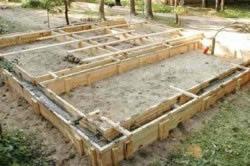 Строительство в конце заливки опалубки бетонным раствором.