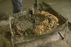 Замешивание бетонного раствора.
